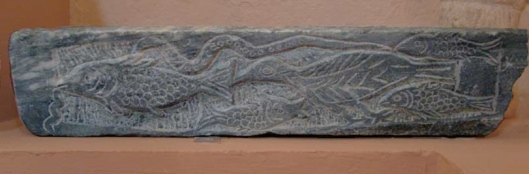 Caño decorado en sus laterales y parte inferior con animales acuáticos